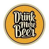 Práctico de costa para el vidrio con las bebidas del alcohol Beba más letras de la cerveza Foto de archivo libre de regalías