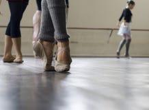Prática da dança do bailado Fotos de Stock Royalty Free