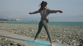 Prática da ioga na costa aberta da praia filme