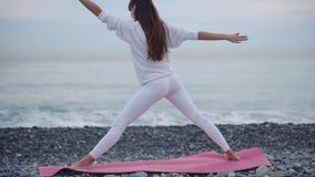Prática da ioga na costa de mar video estoque