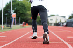Prática da sprint em uma trilha vermelha Imagens de Stock