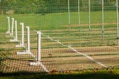 A prática de batedura do críquete pesca terras Fotos de Stock Royalty Free