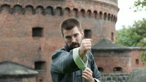 Prática de combate do asiático do treinamento profissional do homem
