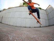 Prática do skater da jovem mulher Imagens de Stock