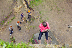 Prática dos povos em um treinamento de escalada Foto de Stock Royalty Free