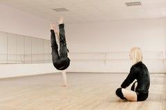 Prática no quarto do aerobics Foto de Stock Royalty Free