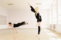 Prática no quarto do aerobics Imagem de Stock