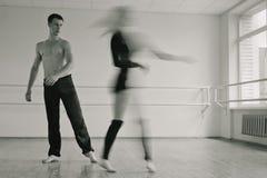 Prática no quarto do aerobics. Bw Imagem de Stock Royalty Free