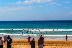 Prática surfando na praia viril, Austrália imagens de stock royalty free