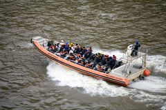Prędkości łódź na Iguazu rzece przy Iguazu Spada, widok od Argentyńskiej strony zdjęcia stock