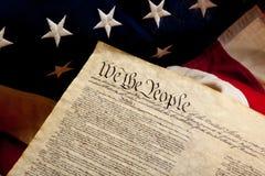 Präambel der Konstitution und der amerikanischen Flagge Stockfotos