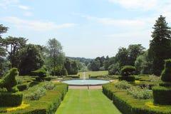 Prächtiger Garten, der zu einen Wasserbrunnen führt Lizenzfreie Stockfotos