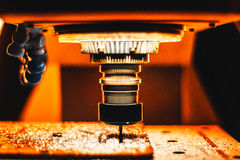 Präge-CNC, der im starken orange Licht zusammenpaßt Stockfotografie