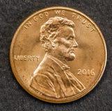 Prägen Sie einen amerikanischen Dollar des Cents von Vereinigten Staaten mit der Zahl von Lincoln lizenzfreie stockfotografie