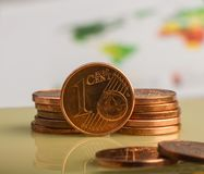 Prägen Sie einen Eurocent Münze auf einem undeutlichen Hintergrund von Münzen Lizenzfreie Stockfotografie