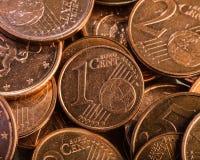 Prägen Sie einen Eurocent Münze auf einem undeutlichen Hintergrund von Münzen curren Lizenzfreies Stockfoto