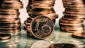 Prägen Sie einen Eurocent Münze auf einem undeutlichen Hintergrund von Münzen curren Lizenzfreie Stockfotos