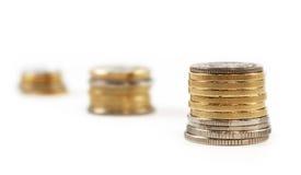 Prägen Sie Geld in den getrennten Stapeln Lizenzfreies Stockfoto