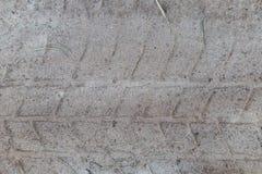 Prägen Sie Spur des Schrittes auf Sand, LKW-Reifen, Traktor, landwirtschaftliche Maschinerie, Straßensand, Schutzgummi, alte Reif Stockfotos