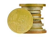 Münzenstapel mit dem fünfzig-Cent-Euro lokalisiert Stockbild