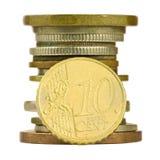 Münzenstapel mit dem zehn-Cent-Euro lokalisiert Lizenzfreie Stockfotos