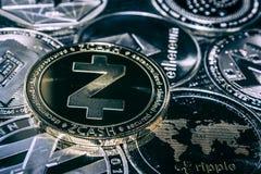 Prägen Sie Zcash-cryptocurrency auf dem Hintergrund der Haupt-altcoins stockbilder