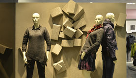 Präglad bakgrund och höstvintern danar skyltdockor i galleria för modekläder Arkivfoton