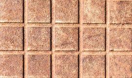Präglad metallyttersida med en avtryck av ett raster eller fyrkanter, textur av rostig metall, abstrakt bakgrund för närbild Royaltyfri Foto