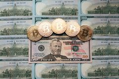 Prägt bitcoin, die Geldlügen, auf Rechnungstabelle von 50 Dollar Die Banknoten werden auf dem Tisch in einer freien Bestellung vo Lizenzfreies Stockbild