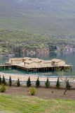 Prähistorische Regelung in dem Ohrid See stockbilder