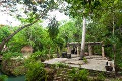 Prähistorischer Mayaaltar im Dschungel Stockbilder