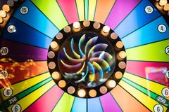 Prämienspinnrad auf Spielautomaten lizenzfreie stockfotos