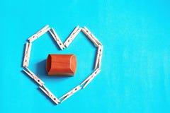 Präsentkarton innerhalb der geformten hölzernen Stifte des Herzens Lizenzfreie Stockfotos