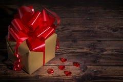 Präsentkarton mit rotem Bogenband und shinny wenig Herzen für Valentinsgrußtag stockbilder
