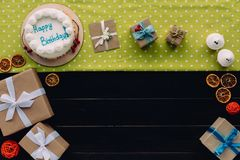 Präsentkartons und Geburtstagskuchen Stockfotos