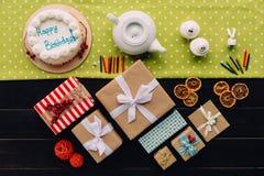 Präsentkartons und Geburtstagskuchen Lizenzfreie Stockfotos