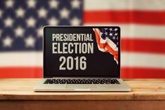 Präsidentschaftswahlhintergrund 2016 mit Laptop-Computer Stockbild