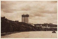 Präsidium der russischen Akademie von Wissenschaften in Moskau- und Andreevskiy-Brücke auf Moskau-Fluss Moskau, Russland Lizenzfreie Stockfotos