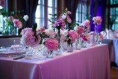 Präsidium, Hochzeitstafel für ein Paar oder zwei innen Formal, Heirat stockbilder