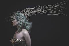 Präst gud, härlig kvinna med grönt hår i guld- gudinna Fotografering för Bildbyråer