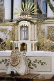 Präst i en kyrka arkivbild