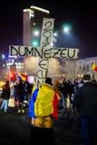 Präst med korset som protesterar mot korruption, Bucharest, Rumänien Arkivfoto