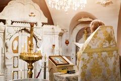 Präst som bär den guld- ämbetsdräkten på ceremoni i kristen domkyrkakyrka, helig sakramental händelse royaltyfri fotografi