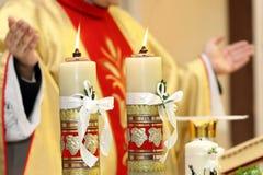Prästen firar en mass på kyrkan royaltyfria foton