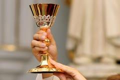 Prästen firar en mass på kyrkan royaltyfri bild