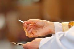 Prästen firar mass på kyrkan arkivbild
