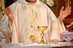 Prästen firar mass på kyrkan royaltyfri fotografi