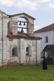 Prästen ringer klockor av sjukhuskyrkan Euphemia av tusen dollar i den Kirillo-Belozersky kloster royaltyfria bilder