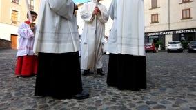 Präster som är klara för precessionen arkivfilmer