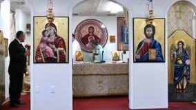 Präster som ber i altaret av den rumänska ortodoxa kyrkan stock video